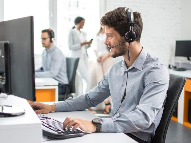 Mitarbeiter im Call-Center mit graublauem Hemd und Headset. Das Foto steht sinnbildlich für die Beratungs-Hotline der Kallisto GmbH.