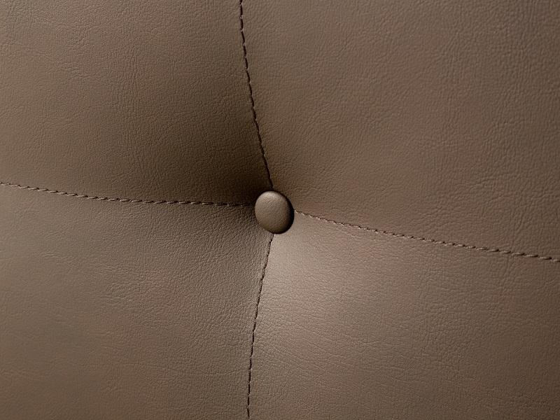 Detailaufnahme eines Kopfteiles eines Estrella Wasserbetts von Kallisto. Das Kopfteil hat einen braunen Leder-Look. Es sind vier Ziernähte sichtbar, sowie ein Knopf zur Dekoration..
