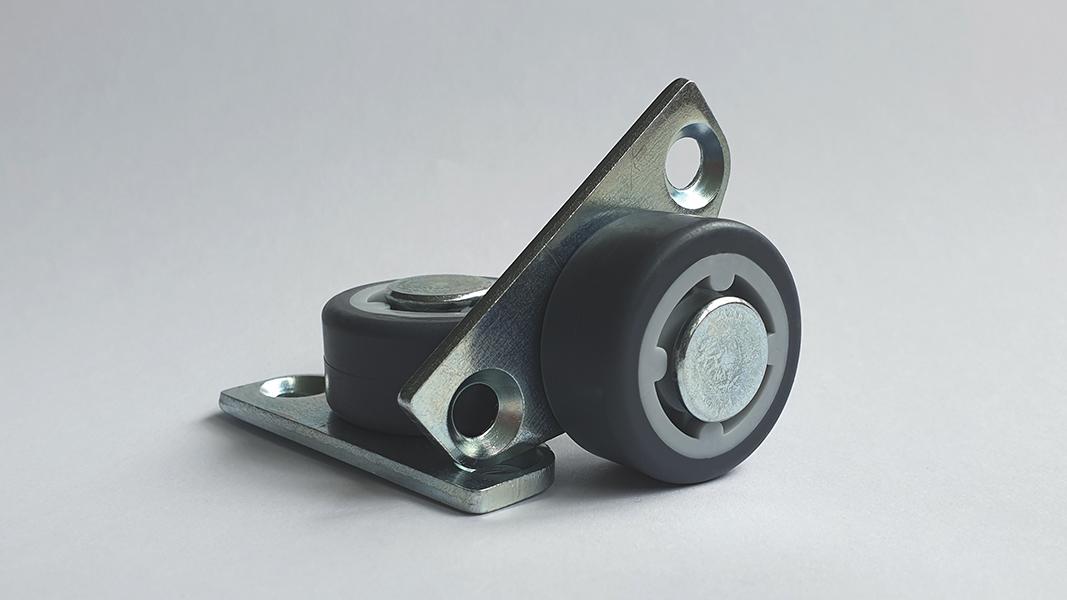 Foto von zwei Parkettrollen, die für das Estrella Wasserbett mit Schubladen von Kallisto zum Einsatz kommen. Sie werden an den Schubladen angebracht, um ein Gleiten der Schubladen über den Boden zu ermöglichen.