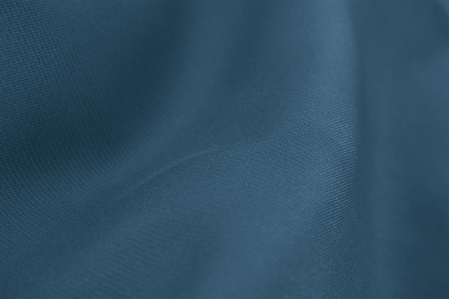 Detailaufnahme von dunkelblauem edlen Baumwollstoff. Diese steht als Symbolbild für ein Wasserbett Spannbettlaken.