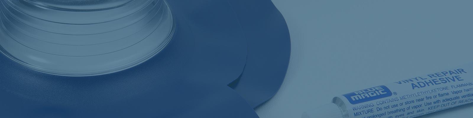 Symbolbild für den Wasserbett Service von Kallisto, auf welchem ein Flickset und ein Ersatzstutzen zu sehen sind. Beide werden im Kallisto Onlineshop als Wasserbett Ersatzteile angeboten.