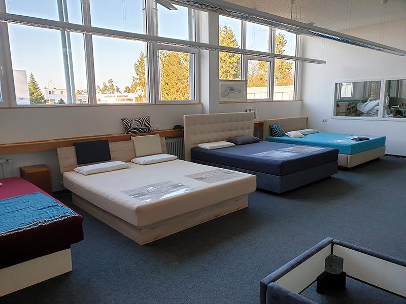Innenaufnahme des Kallisto Wasserbett Studios in Nagold. Zu sehen sind mehrere Wasserbetten in einem großen Raum mit großen Fenstern.
