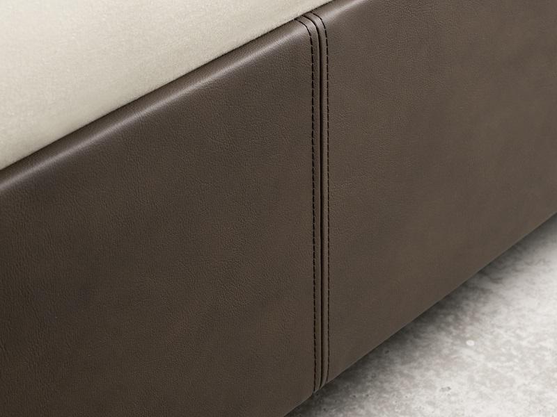 Nahaufnahme eines Fußteils eines Wasserbetts von Kallisto. Das Fußteil hat einen brauen Leder-Look.